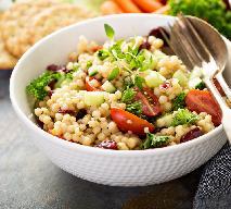 Kuskus perłowy z pomidorami i oliwkami: przepis na kuskus z Izraela