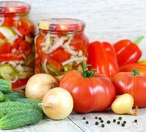 Jesienna sałatka z cukinii i ogórków: pyszna sałatka do słoików na zimę