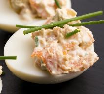 Jaja faszerowane z łososiem i koperkiem: przepis na przekąskę