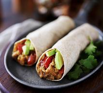 Kanapki: tortilla z awokado i grilowanymi warzywami
