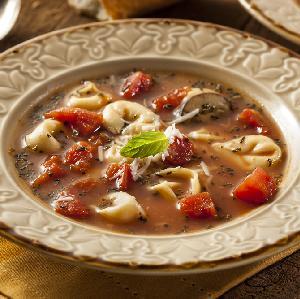 Pożywna zupa pomidorowa z pierożkami tortellini
