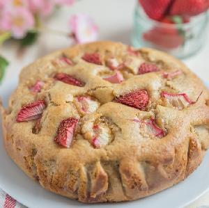 Ciasto z rabarbarem: biszkoptowy placek z kawałkami rabarbaru + WIDEO