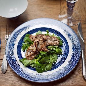 Marynowane polędwiczki wieprzowe z roszponką: przepis na pożywną potrawę na gorąco
