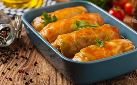 Gołąbki z młodej kapusty z sosem ze świeżych pomidorów: przepis z programu TVP2 Pytanie na Śniadanie