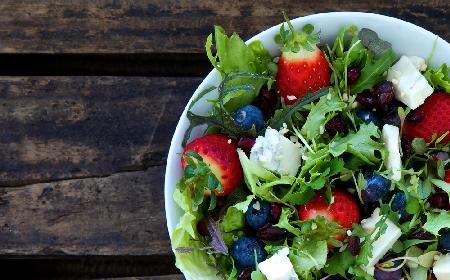 Słodka sałatka z roszponką, owocami i cytrusowym dressingiem