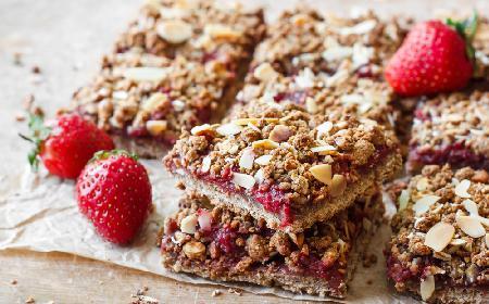 Szybkie ciasto z dżemem truskawkowym z poprzedniego roku: przepis na oszczędny deser