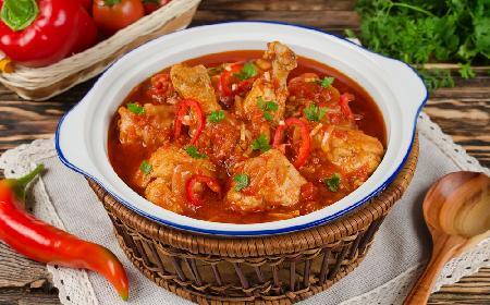 Chakhokhbili: kurczak duszony w pomidorach z ziołami po gruzińsku