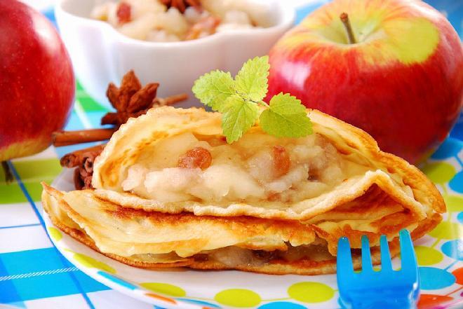 Jak zrobić naleśniki z jabłkami i rodzynkami?