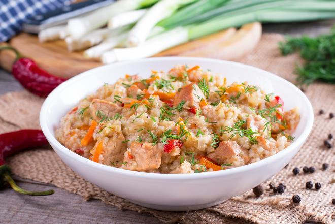 Gulasz drobiowy z kaszą jęczmienną i warzywami - [przepis na doskonały obiad jednogarnkowy]