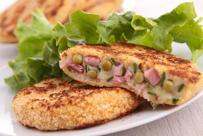 Obłędne kotlety ziemniaczane z szynką i zielonym groszkiem: łatwe i oszczędne danie z resztek