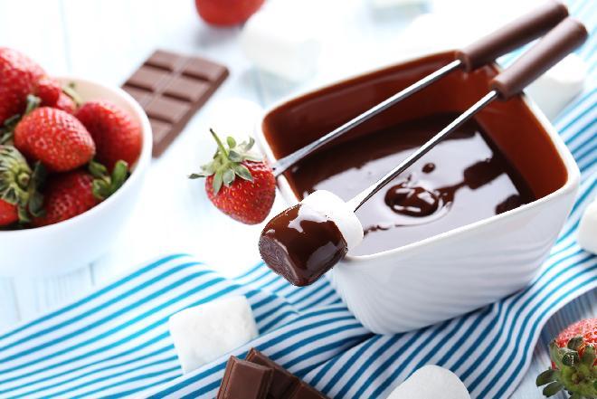 Fondue czekoladowe - deser, który najlepiej smakuje w gronie przyjaciół