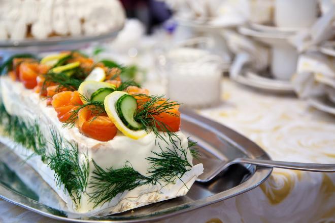 Tort kanapkowy z łososiem wg Magdy Gessler [WIDEO]