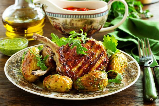 Kotlety wieprzowe z kostką z grilla: przepis na mięso w oryginalnej marynacie