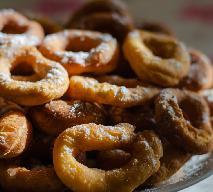Drożdżowe oponki z 2 składników: wystarczy mąka i olej do smażenia