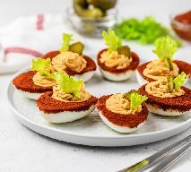 Przystawka KRWAWA MARY: jajka nadziewane musem z pomidorów i chrzanu