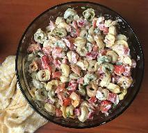 Kolorowa sałatka z tortellini - przepis na szałową i sycącą sałatkę