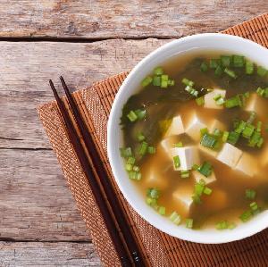 Japońska zupa MISO: jak zrobić domową zupę wegetariańską