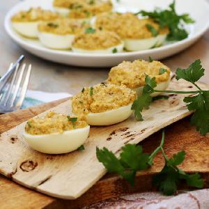 Jaja faszerowane tuńczykiem i orzechami
