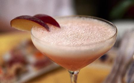 Drink bellini z rabarbarem – prosty przepis na wiosenny koktajl