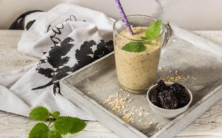 Owsiany koktajl z suszonymi śliwkami na zmniejszenie apetytu: przepis na zdrowe śniadanie