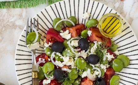 Bób z fetą i pomidorkami - pożywna sałatka z bobem