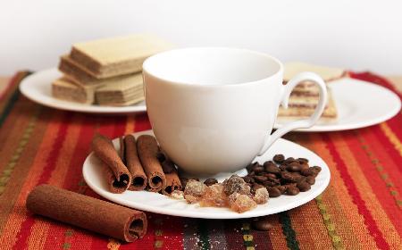 Rozgrzewająca kawa po meksykańsku: z likierem, czekoladą i cynamonem [przepis]