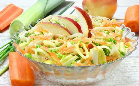 Surówka z marchewki, pora i jabłka: przepis na sałatkę obiadową