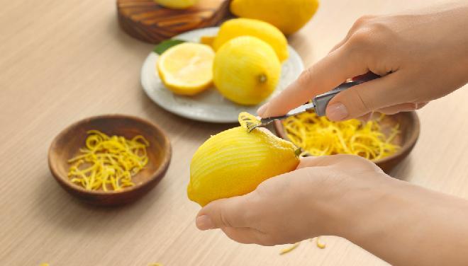Wykrawanie strużyn skórki cytryny