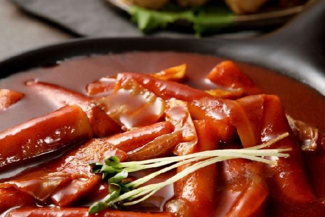 Diabelskie parówki podawane w ostrym sosie pomidorowym