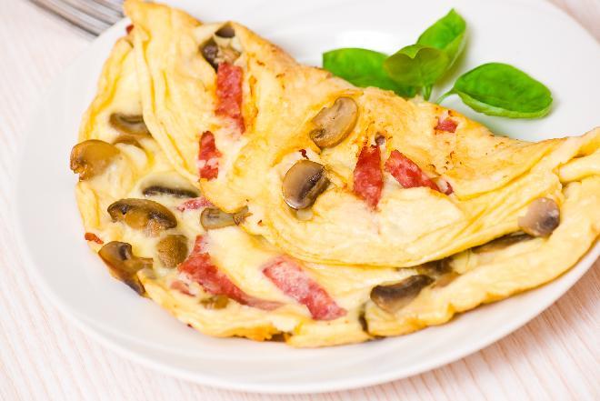 Omlet z salami i pieczarkami - pomysł na ciepłą kolację w kilka minut