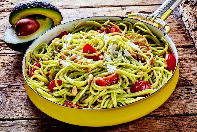 Makaron z awokado i pomidorkami na ciepło w 15 minut