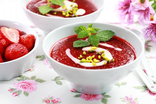 Chłodnik truskawkowy na miodzie: przepis na słodko-wytrawny chłodnik truskawkowy