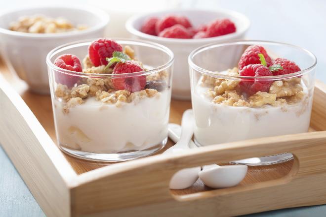 Deser malinowy na bazie jogurtu - przepis na lekki deser