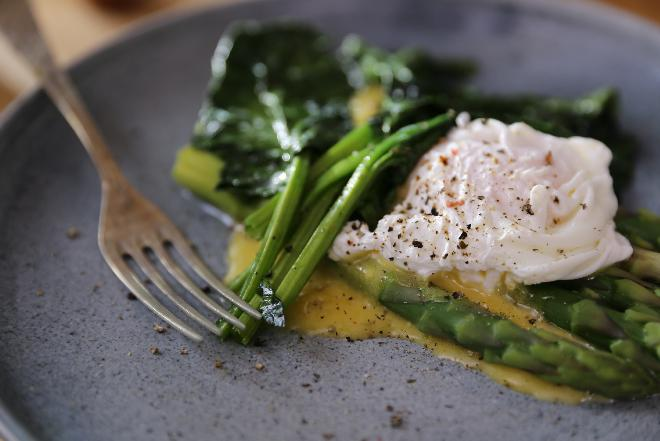 Szparagi z sosem berneńskim i jajkiem w koszulce - przepis Agaty Wojdy + WIDEO