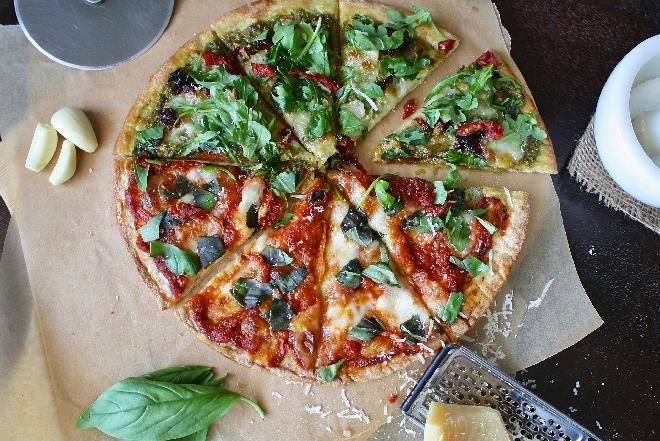 Przepis na pizzę z oliwkami, pomidorami i rukolą