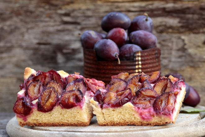Ciasto drożdżowe ze śliwkami: dobry przepis [WIDEO]